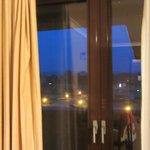 widok z okna wieczorem w styczniu