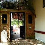 Entrée principale de l'espace chambre (cours, piscine, logement, salle de bain extérieure