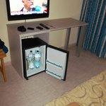 TV grande y neverita en la habitación
