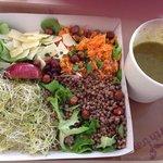 Salade sans gluten au sarasin et soupe de légumes verts. Bio, frais, sain et équilibré!