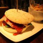 Hamburger con bacon + patatine fritte