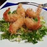 nidi di gamberi su insalata riccia emulsionatacon citronette aromatizzata al coriandolo