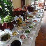 Завтрак, трава и фрукты