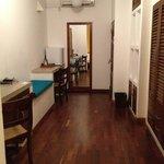 部屋は広く、クローゼットも広い、机も2つある