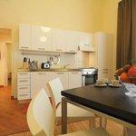 zona soggiorno con grande cucina attrezzata