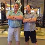 ツアーガイドのグレッグさん(左)と私の主人のグレッグ!!偶然 同じ名前となぜか、同じ誕生日と同じようなシャツ!!!