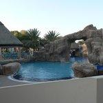 Pool hinter dem Hotel