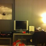 habitación doble con tv pequeña de plasma