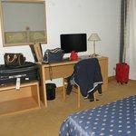 TV e scrivania di fronte al letto