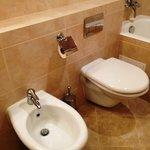 一部の部屋ではトイレとビデが完備されていました