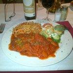 Italiaans dungesneden kalfsvlees met tomatensaus en pasta