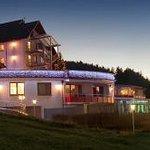 Märchenhafte Abendbeleuchtung vom Schwarzwald-Saunahaus und dem Sonnenflügel