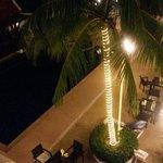 Vue de haut de la piscine et la terrasse des repas