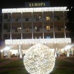 Facciata hotel con addobbi natalizi