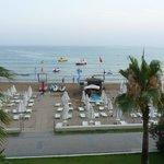 Вид на пляж с террасы рыбного ресторана
