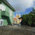 Blick auf Nachbargelände und Kirche