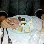 antipasto piatto di formaggi e salumi