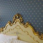 Camera piccola ma accogliente, letto in stile veneziano