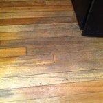 piso gastado junto al frigobar