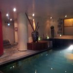 piscine jackusi hammam sauna le tout agrémenté de bougies .