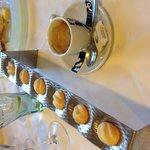 Café y pastelitos
