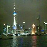 luci nella notte - sullo sfondo l'Oriental Pearl Tower