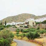Вид на отель с дороги (белые домики)