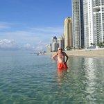 La playa donde se haya Acqualina Resort & Spa...