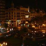 Vista da sacada à noite, Plaza del Ayuntamiento.