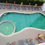 很可愛的泳池,旁邊的小圈圈是兒童泳池!