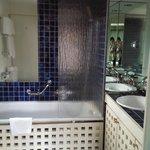 WC, Doppel-Lavabo mit Badewanne im Schalfzimmer