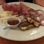 antipasto: salumi misti, formaggio, mostarda e bruschette toscane