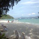 пляж отеля утро