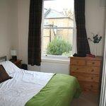 Habitación matrimonio con cama ruidosa