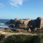 Praia belíssima, as pedras deixam o visual ainda mais lindo!