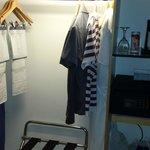Guarda roupas embutido muito espaçoso. Com ferro de passar roupas.
