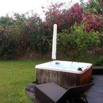 le jaccuzi et le jardin de notre villa.