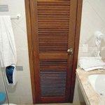Puerta de Baño con puerta-persiana abierta. Privacidad CERO