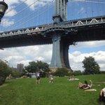 Debajo del puente, disfrutando del parque