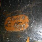 Placa con el nombre en el piso