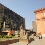 A la derecha, el museo de El Cairo, a la izquierda, la sede del partido de Mubarak quemado