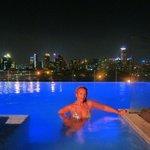 la piscina a la noche