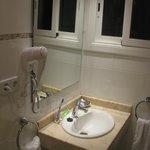 Оборудование ванной и окно