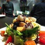 Ensalada de salmón, manzana, palmitos y piñones.