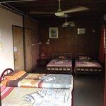 5号室です。 ベッドが4つあり、エアコンと天井のファンがありました。 とても広かったです。