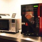 各階に設置された電子レンジとコーヒーサーバー
