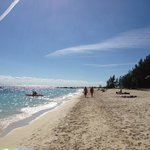 Playa del Hotel, carpas y cancha voley