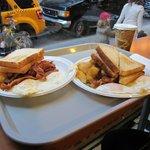 завтрак в кафе на углу, рядом с отелем