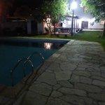 La pileta vista de noche