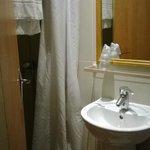 """GH Amelot: particolare bagnetto: il lavabo lillipuziano con il """"comodissimo"""" ripiano in vetro"""